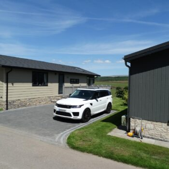Holiday homes with paved driveways